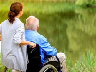 Cuidado de personas mayores y el trabajo de sus familiares