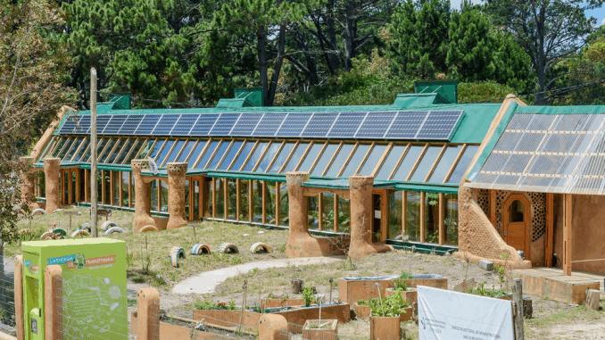 escuela sustentable con residuos