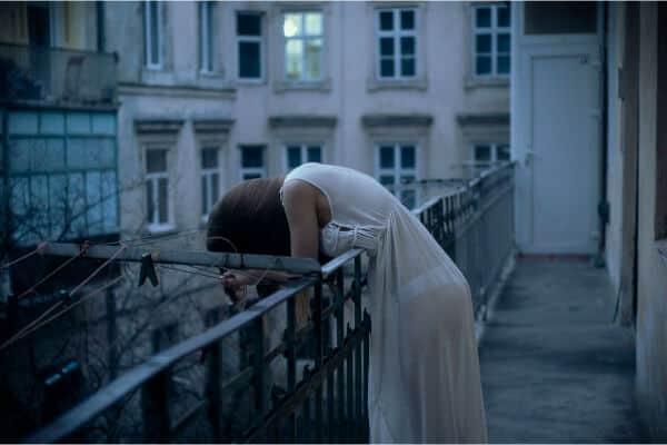 mujer-derrumbada-sin-fuerzas-para-nada