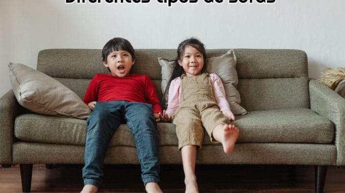 dos-ninos-pequenos-descalzos-sentados-en-un-sofa