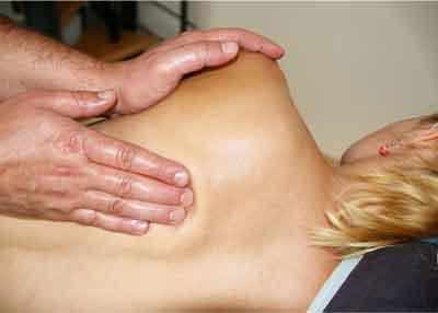 quiropractico dando masaje